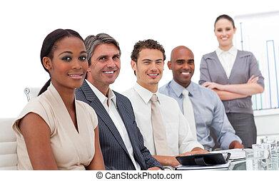 sonriente, cámara, multi-ethnic, equipo negocio