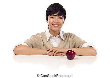 sonriente, carrera mezclada, adulto joven, hembra, sentado, con, manzana