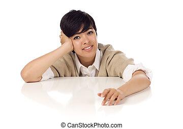 sonriente, carrera mezclada, adulto joven, hembra, sentado, en, blanco, tabla