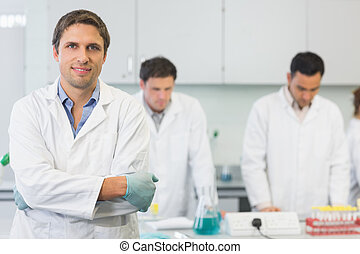 sonriente, científico, con, colegas, en el trabajo, en el laboratorio