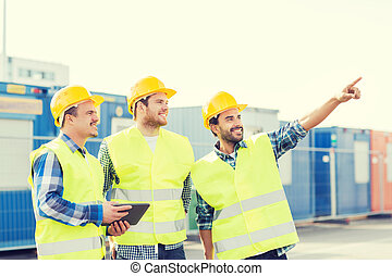 sonriente, constructores, en, hardhats, con, computadora personal tableta