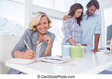 sonriente, diseñador, con, un, pareja, en, ella, oficina