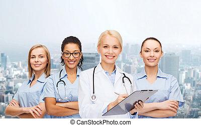 sonriente, doctora, y, enfermeras, con, estetoscopio