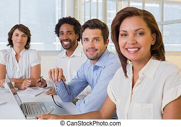 sonriente, empresarios, en, un, reunión, en, oficina