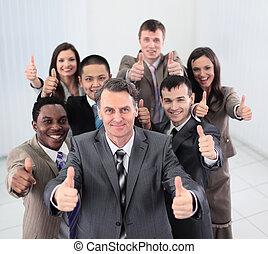 sonriente, empresarios, mirar cámara del juez, y, actuación, pulgares arriba