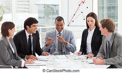 sonriente, equipo negocio, discutir, un, presupuesto, plan