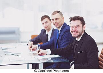 sonriente, equipo negocio, sentar escritorio, en, oficina