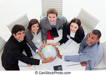 sonriente, equipo negocio, tenencia, un, globo terrestre