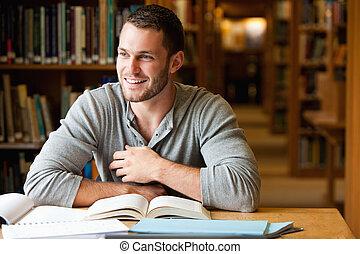 sonriente, estudiante masculino, trabajando