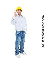 sonriente, factótum, en, sombrero duro amarillo, el gesticular, muestra aceptable