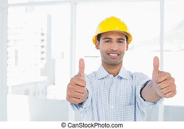 sonriente, factótum, en, sombrero duro amarillo, el gesticular, pulgares