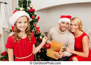 sonriente, familia , árbol de navidad decorando