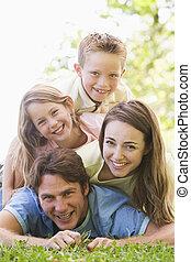 sonriente, familia , acostado, aire libre