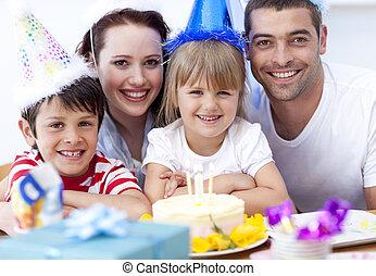 sonriente, familia , celebrar, un, cumpleaños