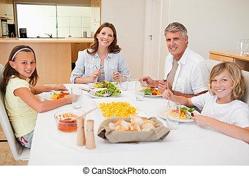 sonriente, familia , cenar