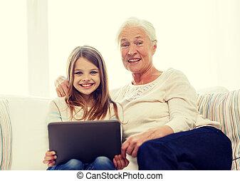 sonriente, familia , con, computadora personal tableta, en casa