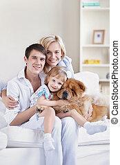 sonriente, familia , con, un, perro