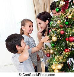 sonriente, familia , decorar, un, árbol de navidad, con, boubles