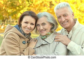 sonriente, familia , en el estacionamiento