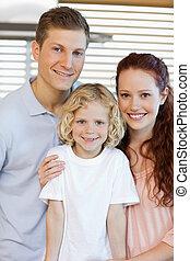 sonriente, familia , posición, en la cocina