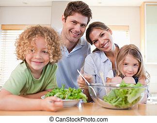 sonriente, familia , preparando, un, ensalada, juntos