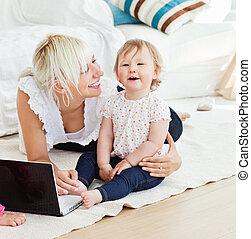 sonriente, familia , tener diversión, con, un, computador portatil, en, el, sala de estar