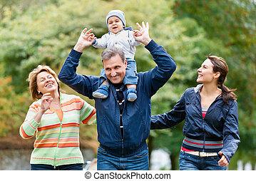 sonriente, familia , y, abuelos, en el campo