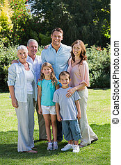 sonriente, familia , y, abuelos, en el parque