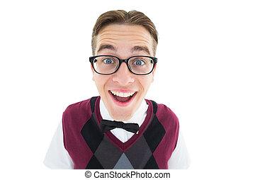 sonriente, geeky, hipster, mirar cámara del juez
