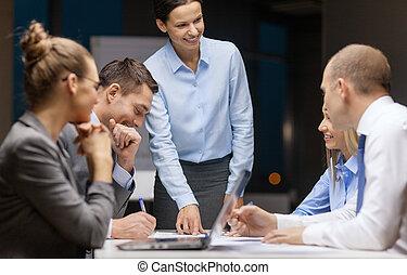 sonriente, hembra, jefe, hablar, equipo negocio
