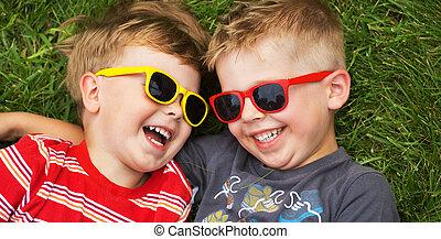 sonriente, hermanos, llevando, imaginación, gafas de sol