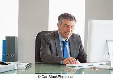 sonriente, hombre de negocios, usar ordenador, en, oficina
