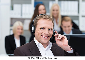 sonriente, hombre de negocios, utilizar, un, auriculares