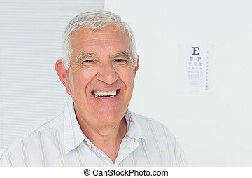 sonriente, hombre mayor, con, eye la carta, en, el, plano de fondo