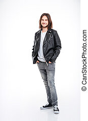 sonriente, joven, con, pelo largo, en, chaqueta de cuero negra