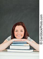 sonriente, joven, estudiante, el, barbilla, en, ella, libros