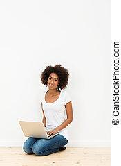 sonriente, joven, estudiante, utilizar, un, computadora de computadora portátil