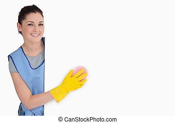 sonriente, limpiador, lavado, con, un, esponja