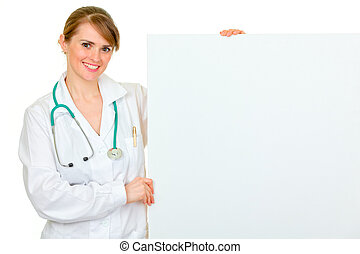 sonriente, médico, doctora, tenencia, blanco, cartelera