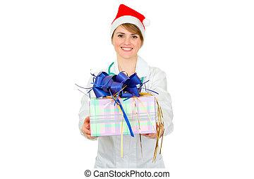 sonriente, médico médico, mujer, en, santa sombrero, tenencia, presente, en, manos, aislado, blanco