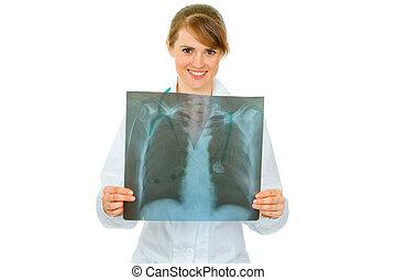 sonriente, médico médico, valor en cartera de mujer, resultados, de, tórax, roentgen, en, manos, aislado, blanco