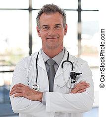 sonriente, médico maduro