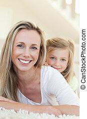 sonriente, madre e hija, alfombra