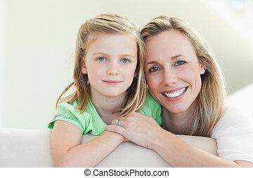 sonriente, madre e hija, sofá