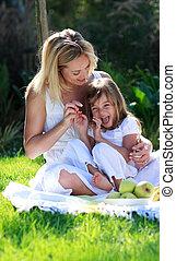sonriente, madre e hija, tener diversión, en, un, picnic