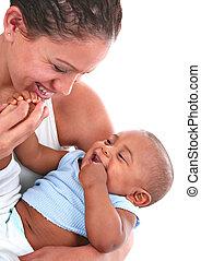 sonriente, mamá, jugar con, bebé