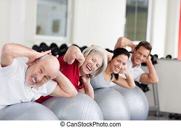 sonriente, mujer anciana, entrenamiento, en un grupo