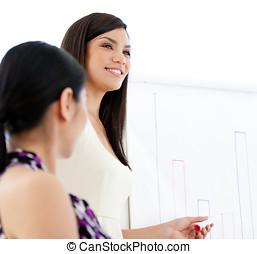 sonriente, mujer de negocios, hacer, un, presentación