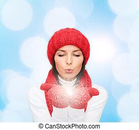 sonriente, mujer joven, en, ropa de invierno