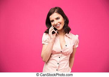 sonriente, mujer joven, hablar teléfono